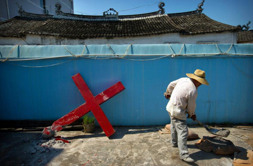 Ca noi măsuri de restricții, China închide aplicațiile Biblia și WeChat